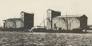 Два корпуса элеватора в коммерческом порту