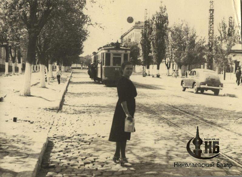 Трамвай, увешанный пассажирами