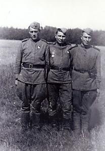 Минометный расчет (слева наводчик миномета Петров А.Н. , в центре – командир расчета Леонид Королев. Берлин, 9 мая 1945 г.