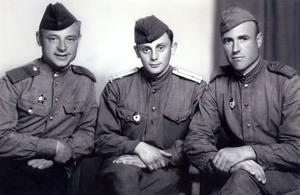Петров А.Н. (справа) с фронтовыми друзьями. Германия, 1945 г.