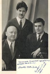 Андрей Ананьевич с двумя сыновьями: Юрий (стоит) и Владимир. 6.11.1968 год. Из семейного архива Карпачевых.