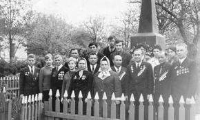Ветераны завода у братской могилы на станции Кульбакино