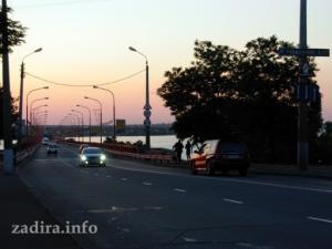 Въезд транспорта в Николаев с Варваровского моста.